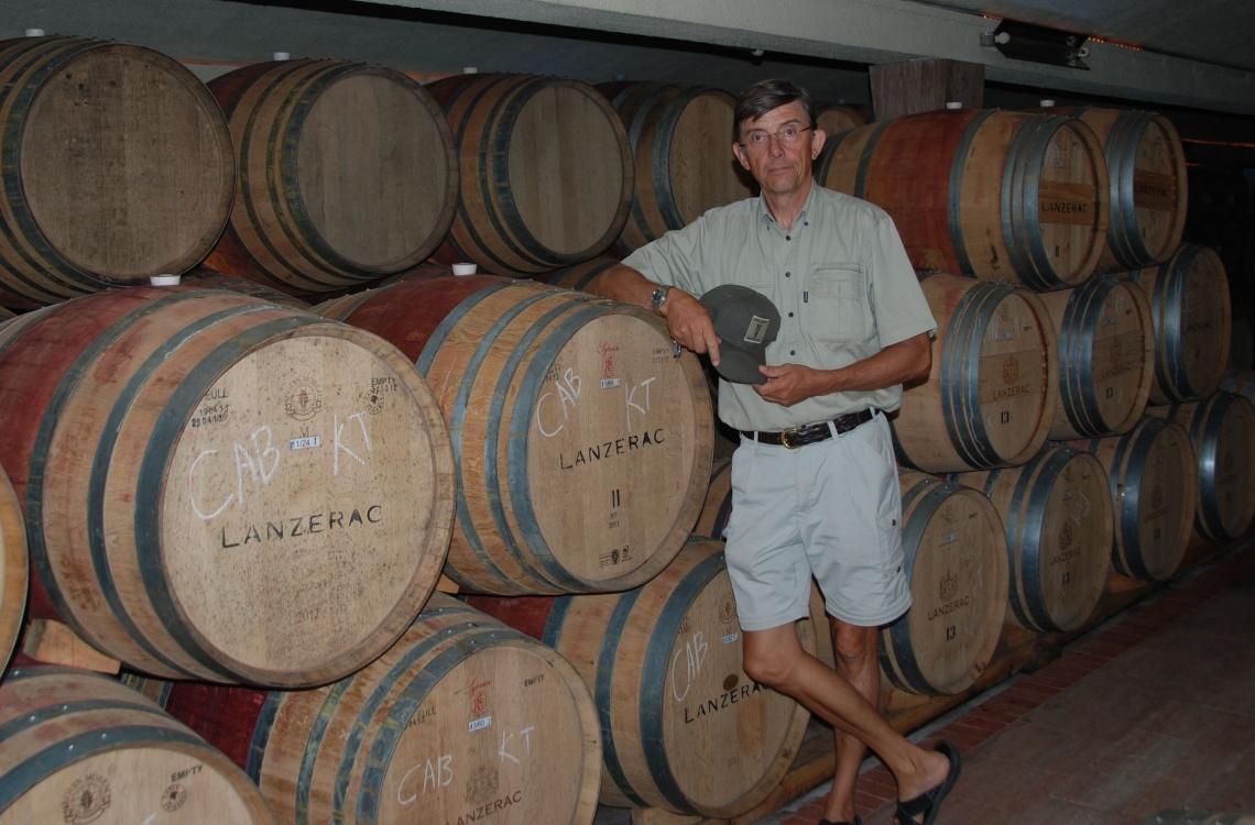 Poul glæder sig til at smage den dejlige vin