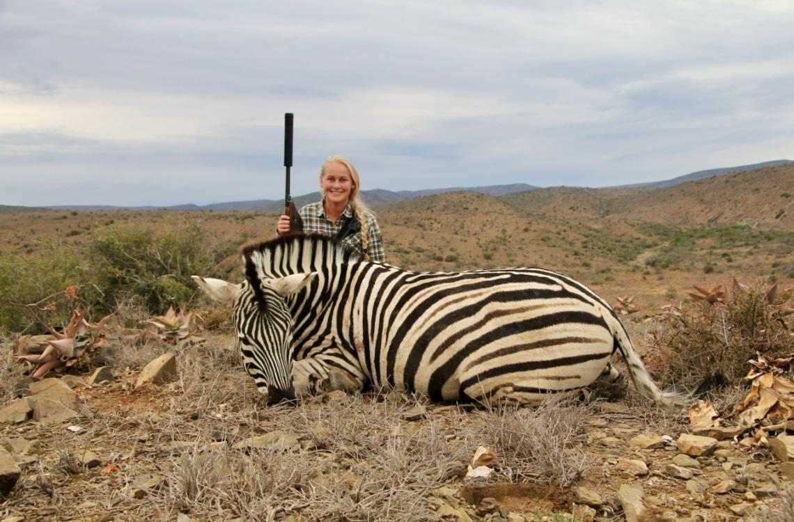 Her ses en glad kunde med sin nedlagte zebra